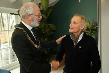 Hans Voorn, initiatiefnemer Kameryck ontvangt gemeentelijke speld