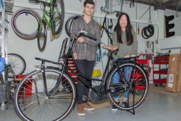 Twee studenten van het Futura College restaureren Sleutelclub fiets voor de voedselbank